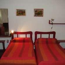 Dormitorio con hogar a leña