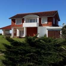 Sólida y tradicional propiedad frente al mar en venta en el Balneario Costa Azul