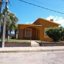 Bonito chalet ubicado estratégicamente dentro del Casco Viejo y a pasos de la playa de La Bahía