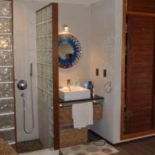 Ducha y lavado integrado en Dormitorio