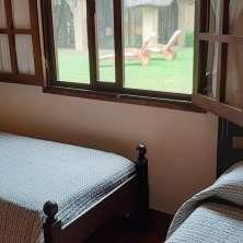 Dormitorio con vistas al jardín