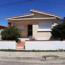 Casita playera ubicada en el Casco Viejo del Balneario La Paloma muy cercana a la zona comercial