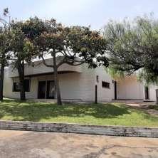 Sólida y confortable propiedad ubicada sobre Av. del Navío a escasos metros de la playa