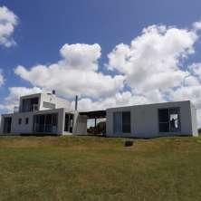 Moderna propiedad en venta ubicada dentro del barrio privado Tajamares de La Pedrera