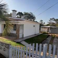 Casa de época ubicada sobre calle asfaltada muy cercana a la playa del Balneario La Aguada