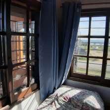 Dormitorio con vistas al mar y salida a balcón
