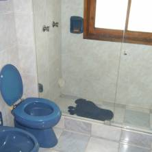 Baño completo para huéspedes