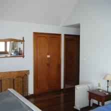 Dormitorio principal con estufa a leña